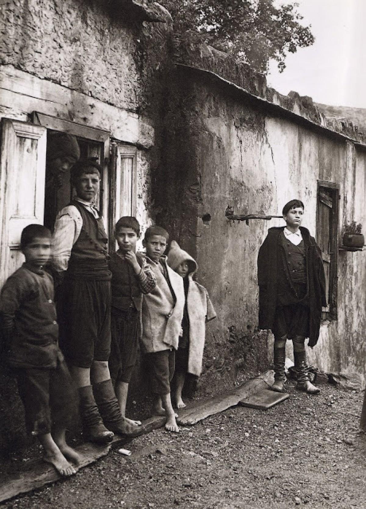 Οικογένεια Μάντακα στο χωριό Λάκκοι, Κρήτη, 1911
