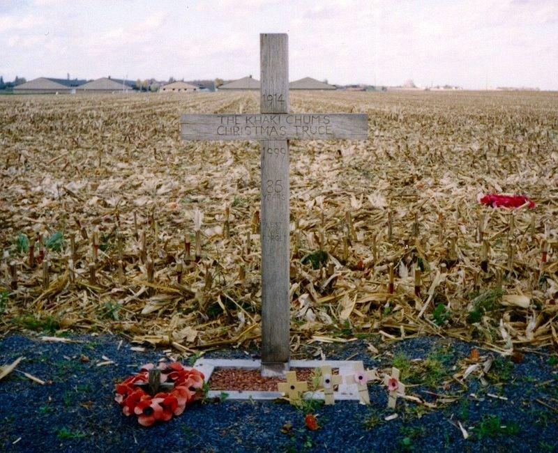 """Ένας σταυρός στο Βέλγιο (Saint-Yvon - Ploegsteert; Comines-Warneton) που τοποθετήθηκε το 1999 ως μνημείο της Ανακωχής των Χριστουγέννων. Το κείμενο γράφει: """"1914 – The Khaki Chum's Christmas Truce – 1999 – 85 Years – Lest We Forget (Η ανακωχή των φιλαράκων με το χακί — 1999 — 85 χρόνια — για θυμόμαστε)"""""""