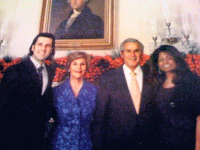 «Καλώς τον Ελληνα!» του λέει κάθε φορά που τον υποδέχεται ο πρόεδρος Μπους και τον προτρέπει να του κόψει τη φράντζα και τις φαβορίτες