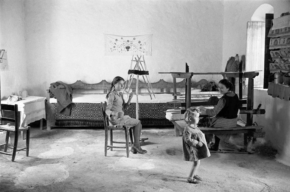 Οι αργαλειοί και τα υφαντά, έρχονται από την αρχαιότητα και μέχρι πριν μερικές δεκαετίες, ήταν μια οικιακή βιοτεχνία πολύ μεγάλης αξίας και χρησιμότητας… Κάθε σπίτι είχε τον μικρό ή μεγάλο αργαλειό του… Εκεί στον αργαλειό ετοίμαζαν από νωρίς τα κορίτσια τα προικιά τους… Μαζί με τα προικιά πλέκονταν και οι ελπίδες και τα όνειρα της κάθε κοπέλας για την νέα ζωή που θα έφτιαχνε...
