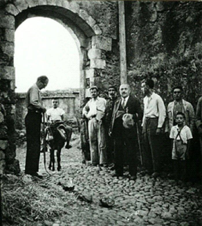 Ο Νίκος Καζαντζάκης με τα υπόλοιπα μέλη της Κεντρικής Επιτροπής Διαπιστώσεως Ωμοτήτων Κρήτης στα Κεραμιά Χανίων το 1945 (φωτογραφία Κ. Κουτουλάκης).