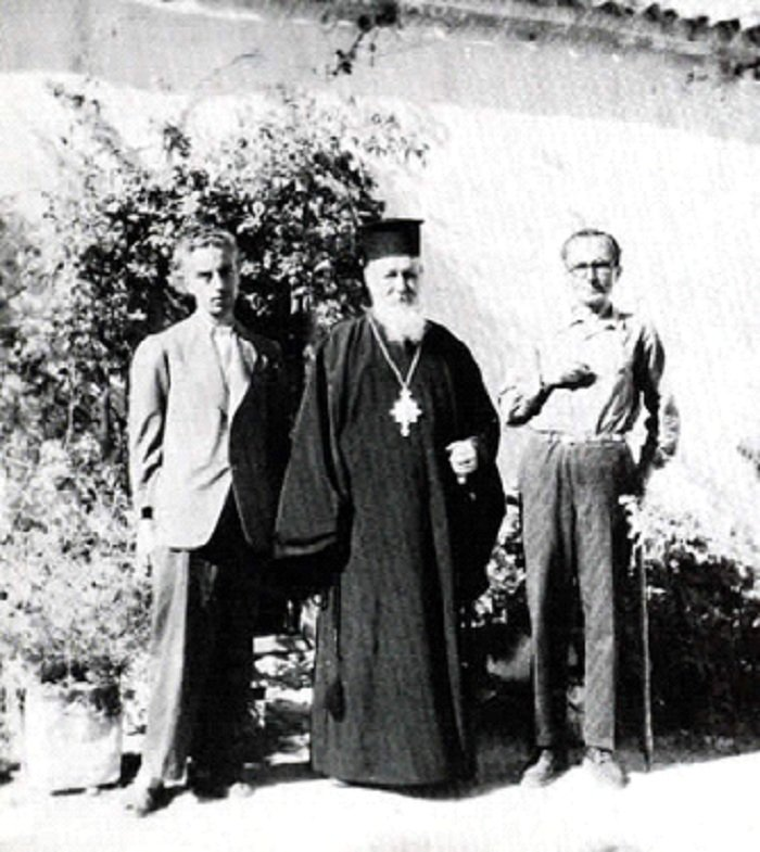 1945. Στην Κρήτη με τον φιλόλογο Γιάννη Κακριδή και τον Μητροπολίτη Σελίνου και Κισσάμου (φωτογραφία Κ. Κουτουλάκης).