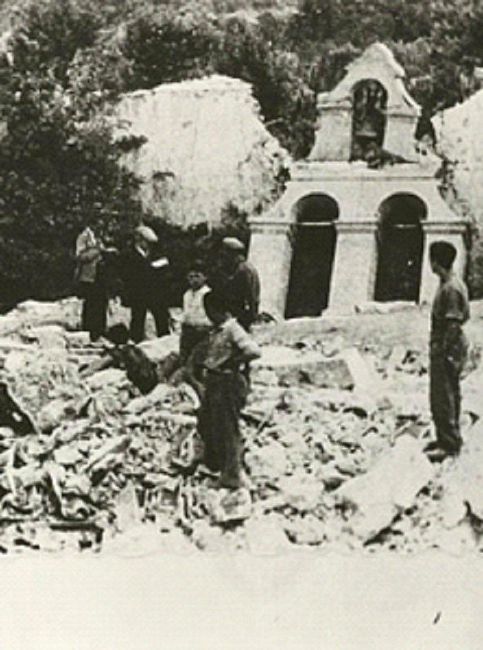 Ο Νίκος Καζαντζάκης με τα υπόλοιπα μέλη της Κεντρικής Επιτροπής Διαπιστώσεως Ωμοτήτων Κρήτης καταγράφουν την έκταση της καταστροφής σε εκκλησία στο Γερακάρι Αμαρίου το 1945 (φωτ. Κ. Κουτουλάκης)