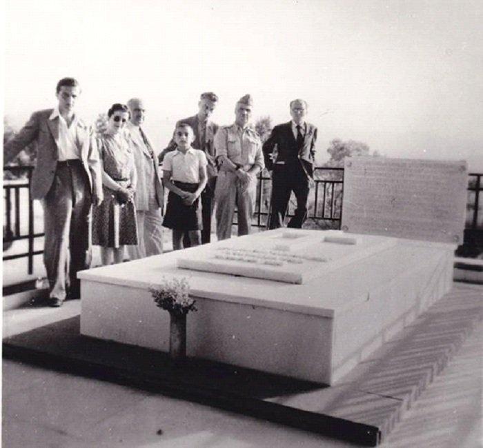 Ο Νίκος Καζαντζάκης στον τάφο του Ελευθερίου Βενιζέλου στο Ακρωτήρι, κοντά στα Χανιά της Κρήτης. Μαζί του, ο Γιάννης Κακριδής (φωτογραφία Κ. Κουτουλάκης).