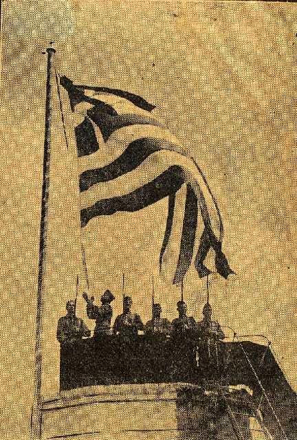 Καθώς το καράβι με τη σορό του Βενιζέλου φτάνει στα Χανιά, η εκεί ελληνική σημαία κατεβαίνει μεσίστια