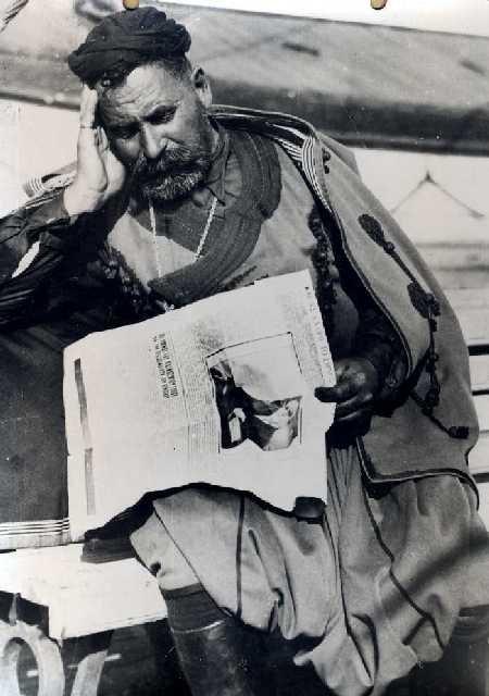 Κρητικός κρατάει εφημερίδα με την είδηση του θανάτου του Ελευθερίου Βενιζέλου