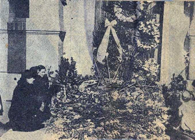 Νεκρικά στεφάνια και πρόσωπα που θρηνούν στην κεντρική είσοδο της αθηναϊκής κατοικίας του ζεύγους Βενιζέλου