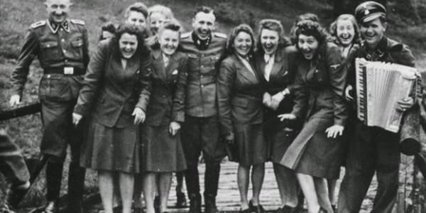 «Γελώντας στο Άουσβιτς»: Η ιστορία πίσω από τις πιο σοκαριστικές φωτογραφίες του πολέμου | Φωτός