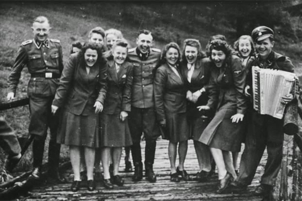 Στιγμές χαράς για τους αξιωματικούς των SS στο Άουσβιτς