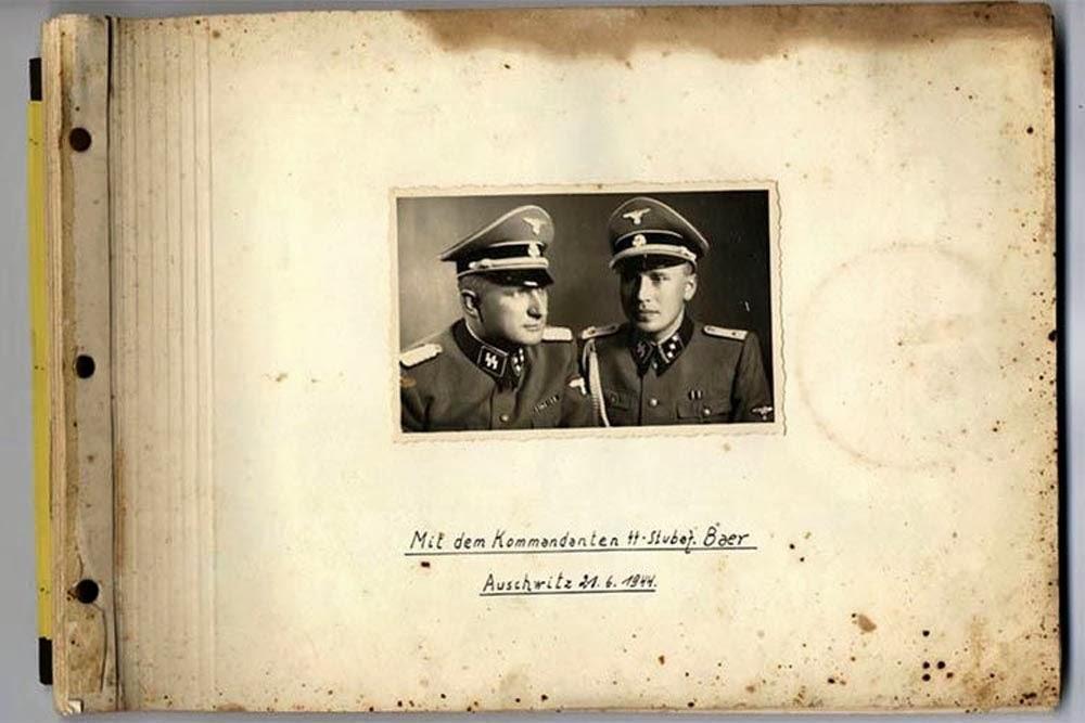 Το εξώφυλλο του άλμπουμ με φωτογραφίες από το Άουσβιτς το 1944