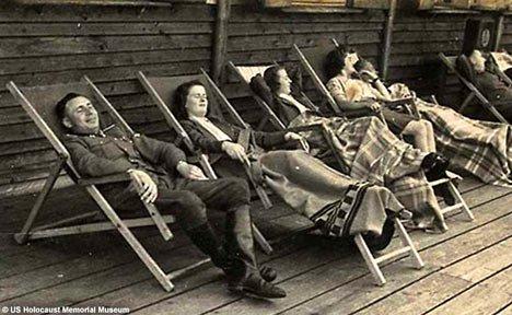 Στιςγμές χαλάρωσης για τους αξιωματικούς των SS μαζί με τις γυναίκες τους την ίδια στιγμή που δίπλα τους έκαιγαν εκατοντάδες ανθρώπους σε φούρνους
