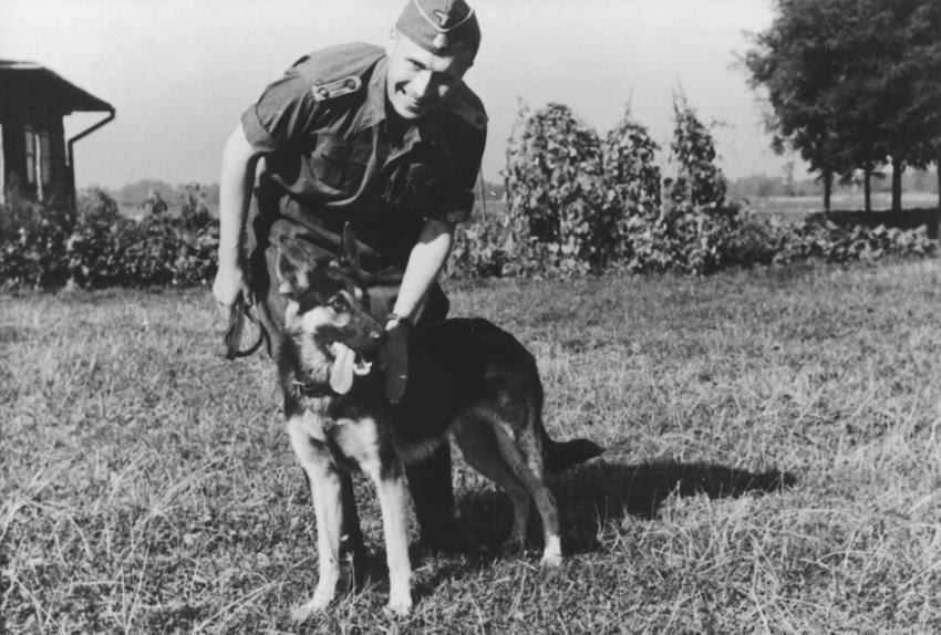 Ο Καρλ Χέκερ με τον αγαπημένο του σκύλο στο Άουσβιτς