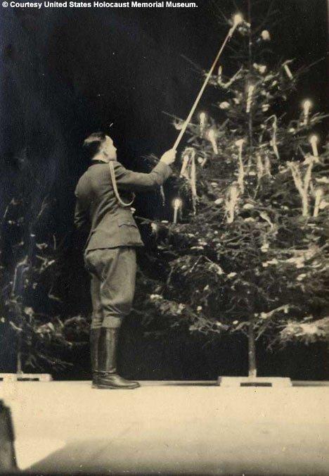 Ο Καρλ Χόκερ ανάβει τα κεράκια στο χριστουγεννιάτικο δέντρο στο Άουσβιτς