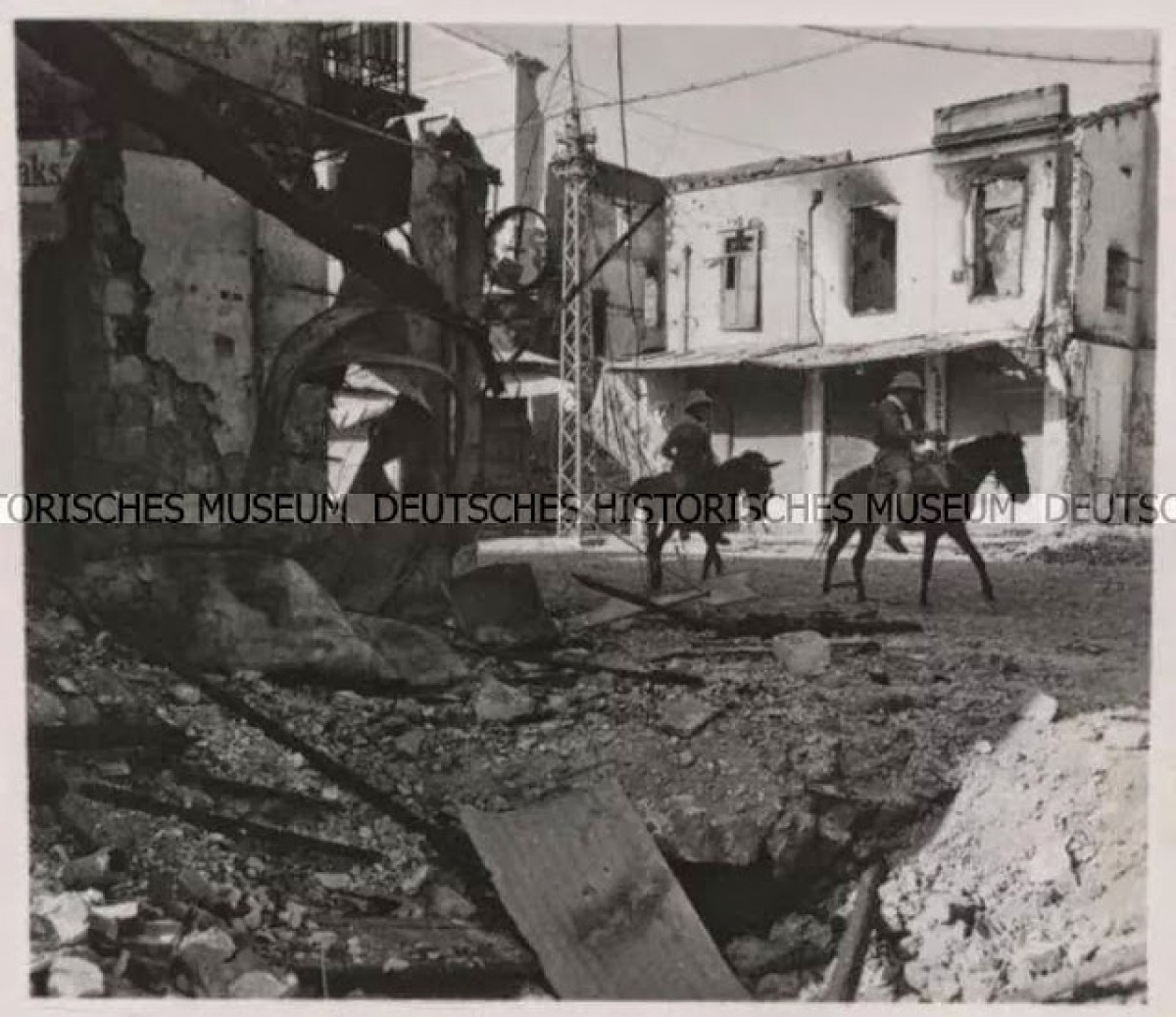 Οι ναζί αλεξιπτωστιστες επωχούμενοι επι γαιδουριων στην ερειπωμένη απο τους βομβαρδισμούς πόλη των Χανίων