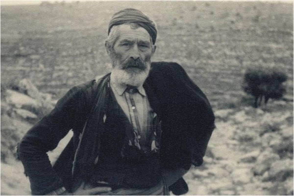 The photo was captured in 1941 by the German officer Rudy Schwartz! See the proud and courageous look of the Cretan peasant for the German photographer