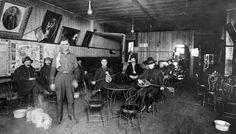 """Το καφενείο """"Ανοιχτή Καρδιά"""" στην """"Ελληνική Πόλη"""" του Σολτ Λέικ Σίτι στις αρχές του 20ου αιώνα. ΄Ορθιος ο ιδιοκτήτης Εμμανουήλ Κατσανέβας."""