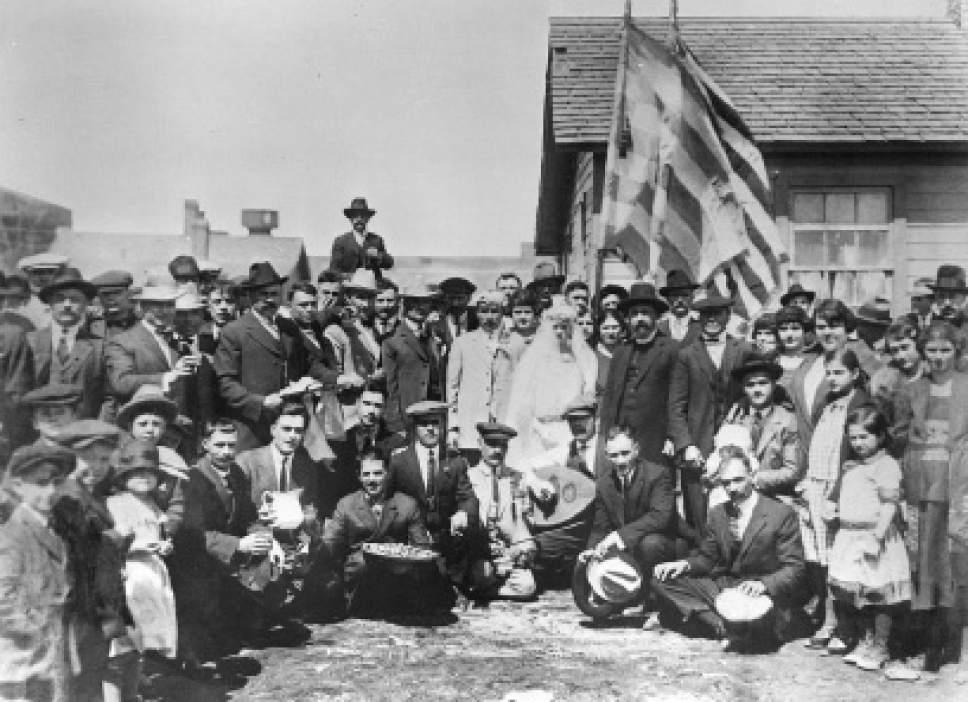 Γαμήλια φωτογραφία, 15 Απριλίου του 1923. Γαμπρός ο Μανώλης Λαδάκης και νύφη η Κατίνα Λαδάκη. Η νύφη ζούσε στη Χάννα στο Γουαϊόμινγκ