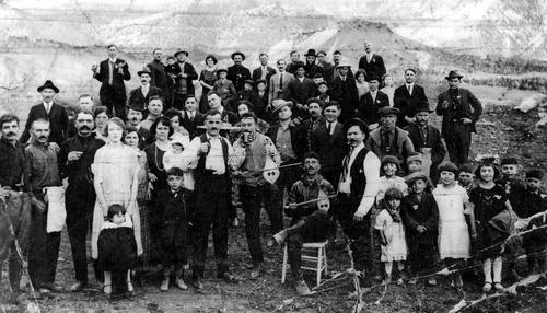 Βάφτιση του Γιώργου Χειμωνά στο Σάνι Σάιντ της επαρχίας Κάρμπον, περίπου το 1920. Ο τελευταίος άνδρας πάνω δεξιά είναι ο πρώτος ΄Ελληνας δάσκαλος στο Κάρμπον, ο κος Καμπουράκης.