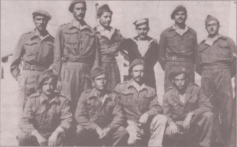 Λευκάδιοι στρατιώτες, ναύτες στη Μακρόνησο,με τα ναυτικά ο Λ. Σάντας