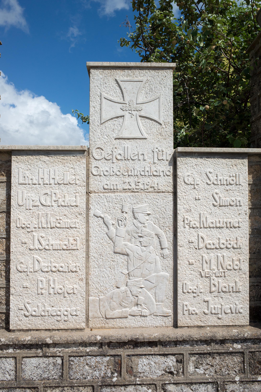 Ολόκληρο το μνημείο στα Φλώρια. Η επιγραφή λέει: έπεσαν για τη Μεγάλη Γερμανία