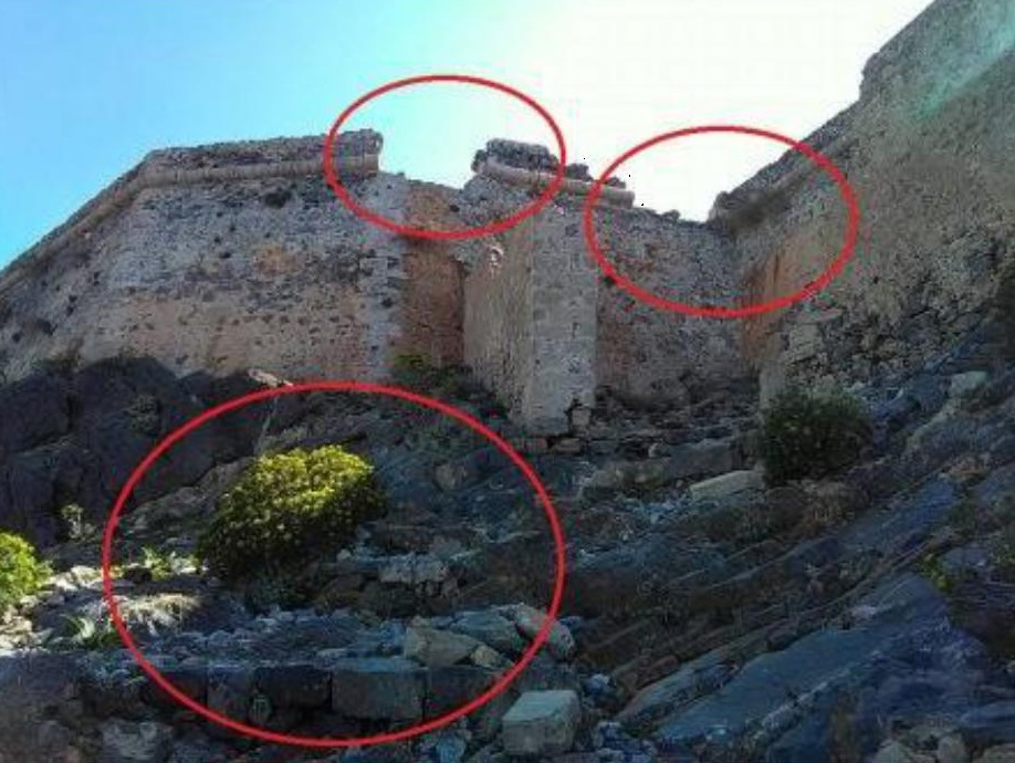 Προσβαση στο καστρο με κατεστραμενες ταμπελες και τοιχοποιεια σε καταρρευση