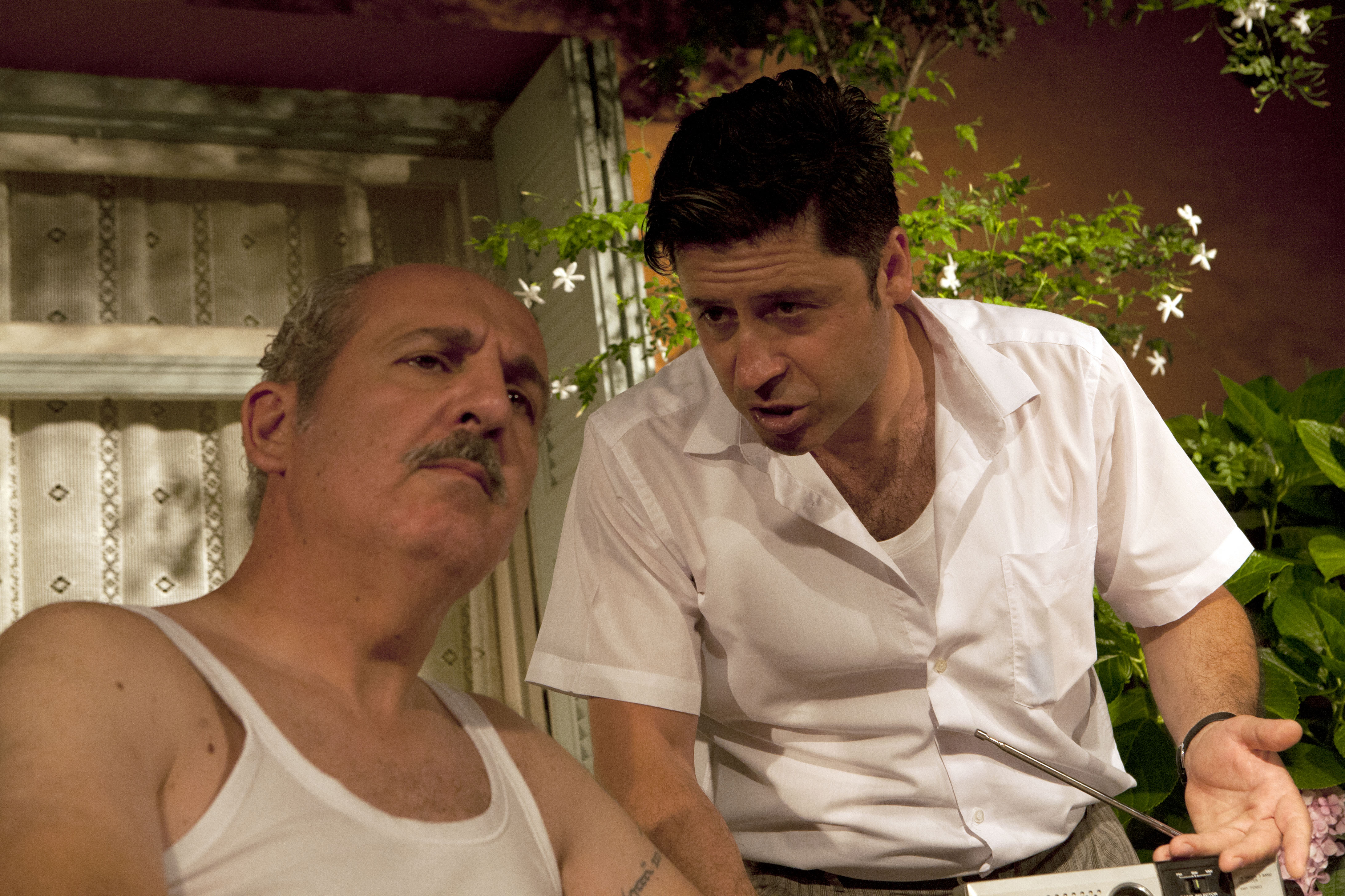 Ο Αιμίλιος Καλογερής και ο Φώτης Κοτρώτσος σε μια χαρακτηριστική στιγμή του έργου