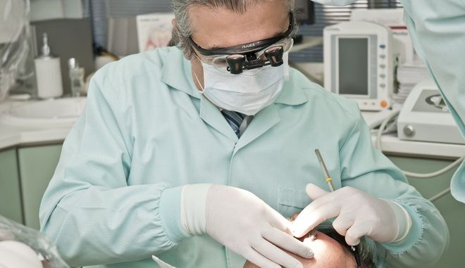 Ασθενείς υποστηρίζουν ότι χάνουν τα δόντια τους λόγω κορονοϊού