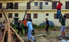 Η κατασκευή και το κάψιμο του Ιούδα από τα παιδιά της Νέας Χώρας | Φωτός
