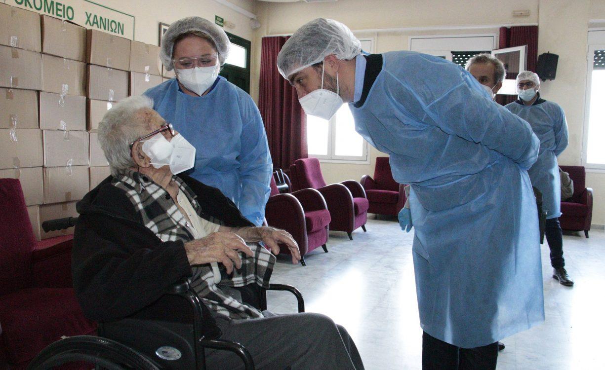 Ο 106χρονος κ. Αντώνης, ο πρώτος που εμβολιάστηκε στο Δημοτικό Γηροκομείο Χανίων | Φωτός