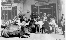 Μια ιστορική φωτογραφία: Η καμήλα στο παλιό λιμάνι στα Χανιά