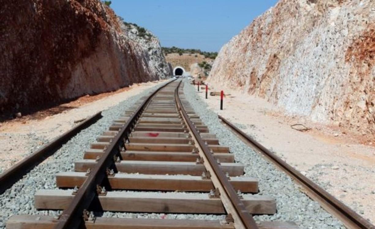 Μια πραγματική πρόταση για τρένο στην Κρήτη: Το Σχέδιο Πρωτονοτάριου, που κρίνεται βιώσιμο, προβλέπει τη σύνδεση Χανίων, Ρεθύμνου και Ηρακλείου με 17 σταθμούς