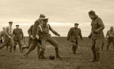 """Tα φιλαράκια με τα χακί"": Τα Χριστούγεννα του 1915 που οι στρατιώτες άφησαν τα όπλα κάτω για να παίξουν μπάλα | Φωτός + Βίντεο"