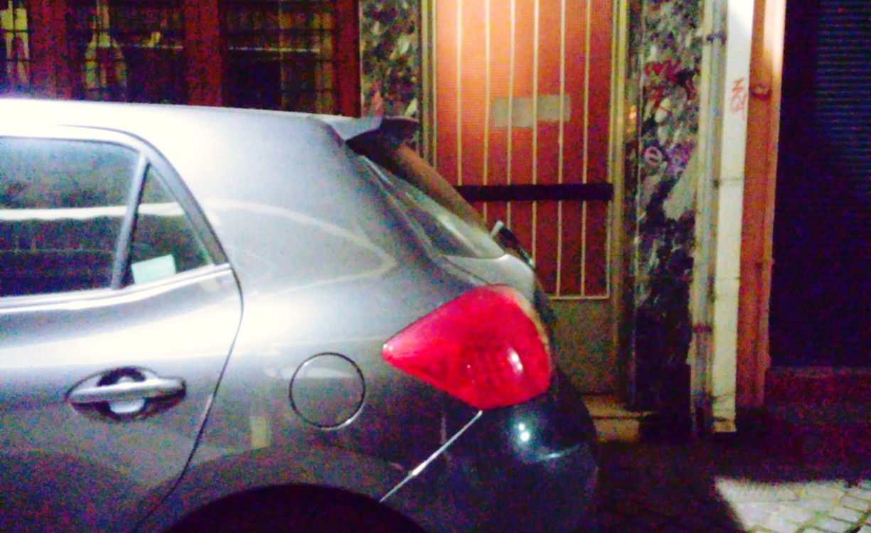Γάιδαροι στην οδό Μπετόλο κλείνουν τις εισόδους των σπιτιών για να πάνε να πιούνε ποτά | Φωτός
