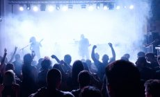 Η νεολαία των Χανίων ροκάρει σκληρά κάτω από το Ρολόι! | Φωτός