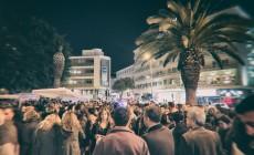 Η Πλατεία Δημοτικής Αγοράς γέμισε αλληλεγγύη: Μεγάλη συναυλία για τους πρόσφυγες με τη συμμετοχή πολλών εκατοντάδων Χανιωτών | Φωτός