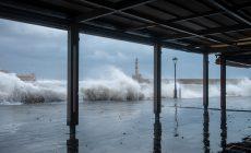 Πανέμορφο το Παλιό Λιμάνι μέσα στην κακοκαιρία | Φωτός