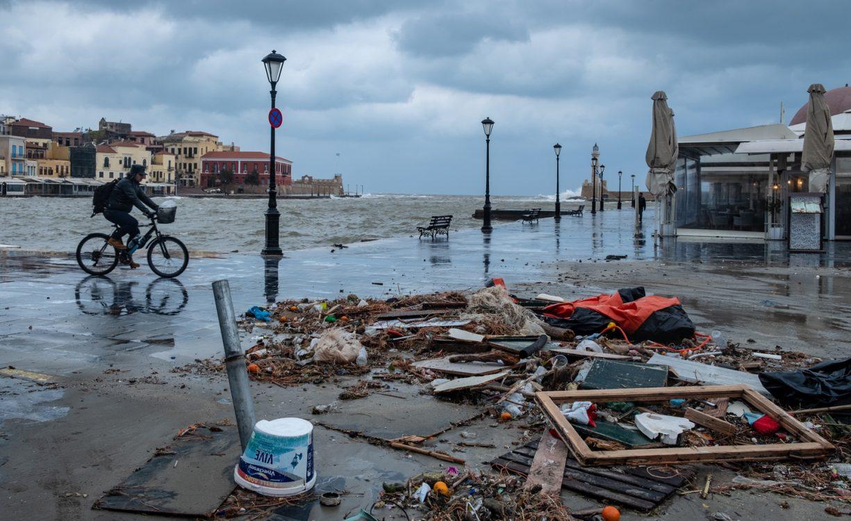 Σημαντικές ζημιές αλλά και πολλά σκουπίδια στο Παλιό Λιμάνι λόγω της κακοκαιρίας | Φωτός