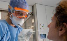 Γιατί παρά τα εκατοντάδες κρούσματα ημερησίως δεν έχουν γεμίσει οι ΜΕΘ με ασθενείς;