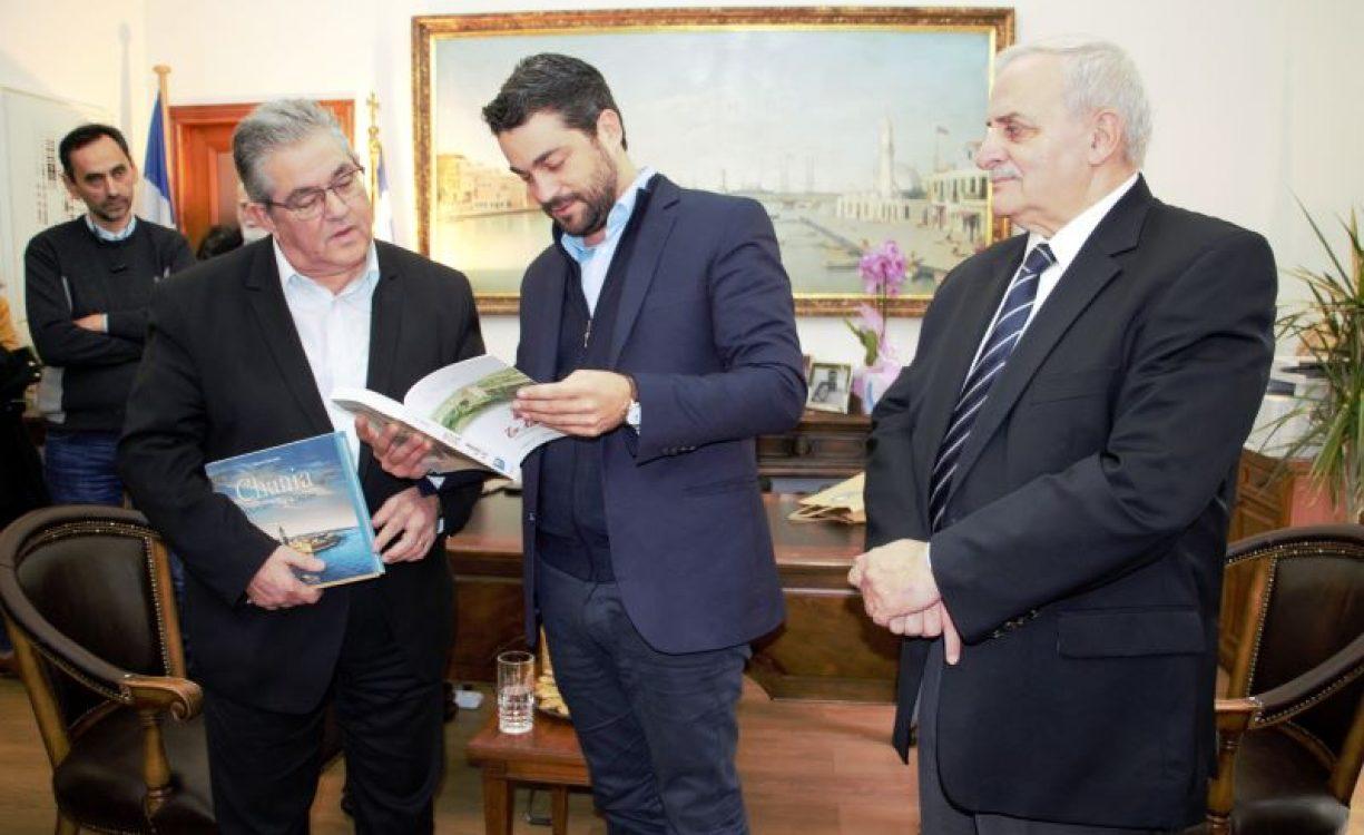 Με τα ζητήματα στέγης, παιδείας, υγείας αλλά και το Φρούριο Ιτζεδίν στο επίκεντρο η συνάντηση Δημάρχου Χανίων με τον Γ.Γ. του Κ.Κ.Ε., Δ. Κουτσούμπα | Φωτός
