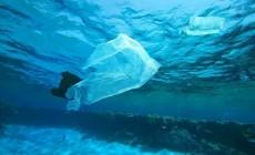 """1.455 τόνοι πλαστικού """"πνίγουν"""" τη Μεσόγειο"""